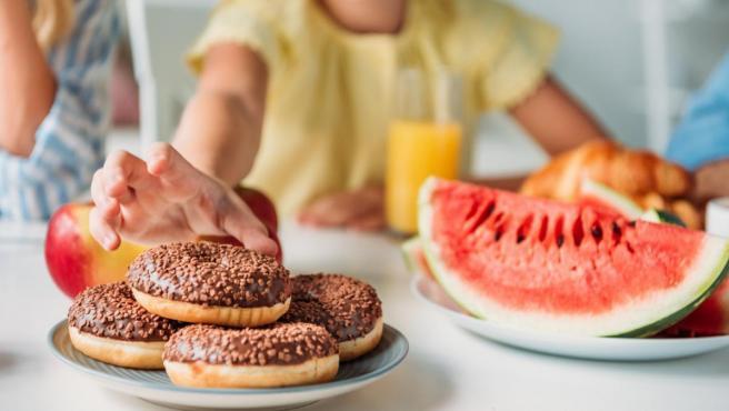 Picar entre horas también contribuye a los problemas de obesidad.
