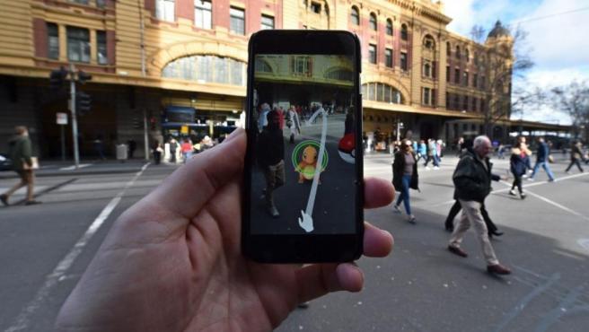 Una persona juega a Pokémon Go en Melbourne