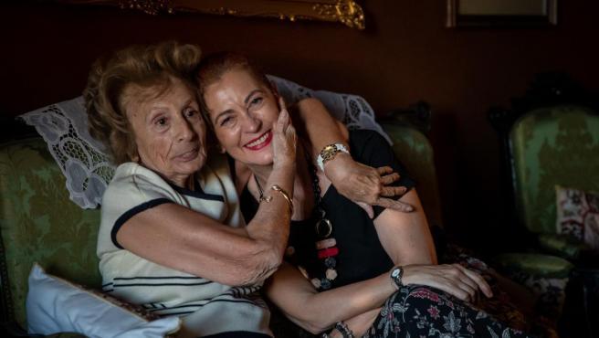 Pilar junto a su voluntaria, Silvia.