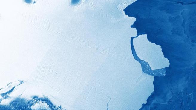 El iceberg D28 (a la derecha en la imagen), tras desprenderse de la Antártida.