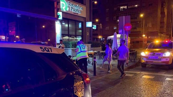 Agentes de la Policía Nacional y miembros de los servicios de emergencias, en la zona del distrito madrileño de Puente de Vallecas donde una reyerta entre bandas causó al menos siete heridos.