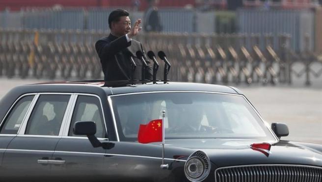 El prsidente chino, Xi Jinping, preside un desfile militar en Pekín, en el 70 aniversario de la fundación de la República Popular de China.