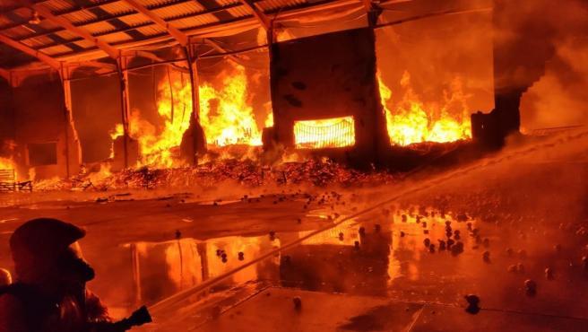 Arde un almacén de cebollas ne La Pobla de Vallbona