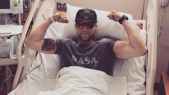 El expiragüista y exluchador de MMA Robert Toth, durante uno de sus tratamientos contra el cáncer.