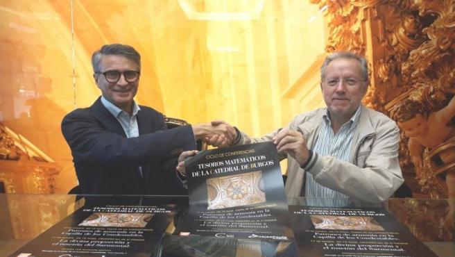 De izquierda a derecha, Emilio de Domingo, presidente de la Fundación Cajacírculo, y Constantitno de la Fuente, representante de la asociación 'Miguel de Guzmán'