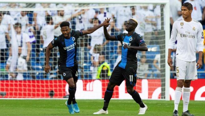Dennis celebra su gol con el Brujas al Real Madrid.