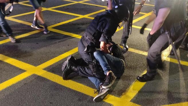 Detención de un manifestante en la Travessera de Dalt, en Barcelona, en el segundo aniversario del referéndum del 1 de octubre.