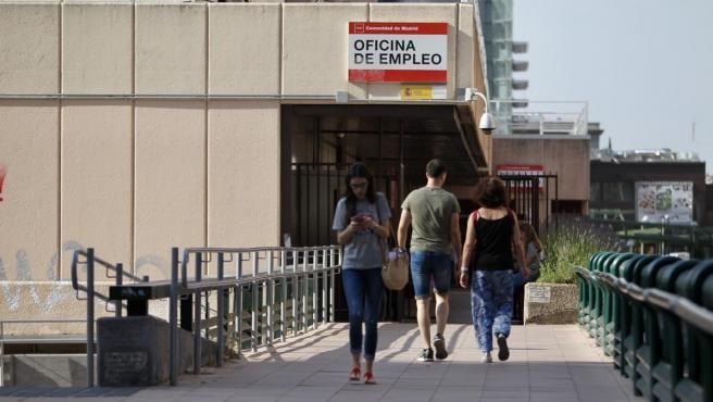 Varias personas entran y salen de una oficina de empleo en Madrid.