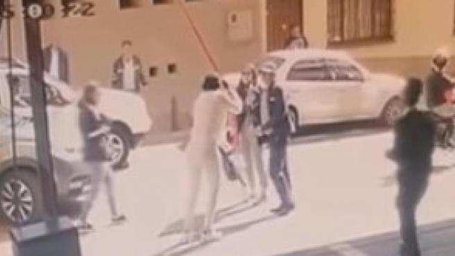 Momento en que la excongresista colombiana condenada a prisión Aída Merlano se fuga de un edificio con la ayuda de una cuerda, en una captura de vídeo.