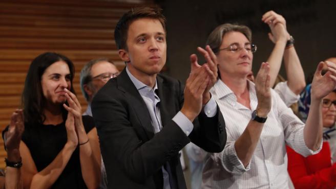 Íñigo Errejón (c) y Marta Higueras (d) tras decidir en asamblea presentarse con Más País al 10-N.