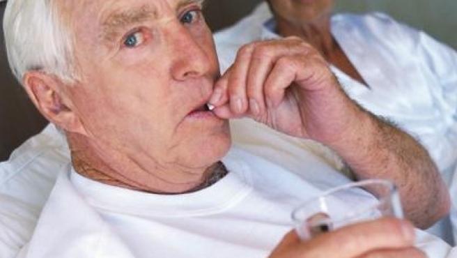 Un hombre tomando su medicación.