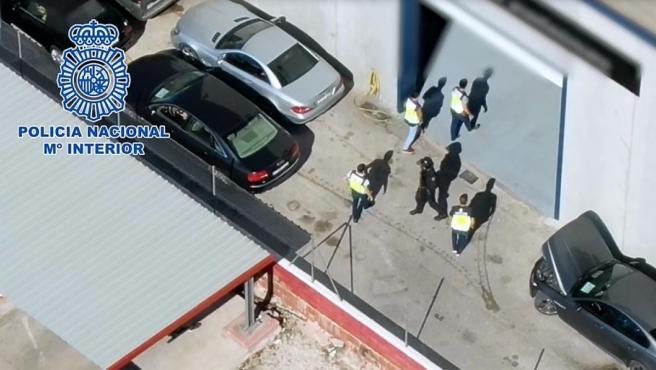 Agentes de la Policía Nacional en un registro, en el marco de la operación contra el narcotráfico.