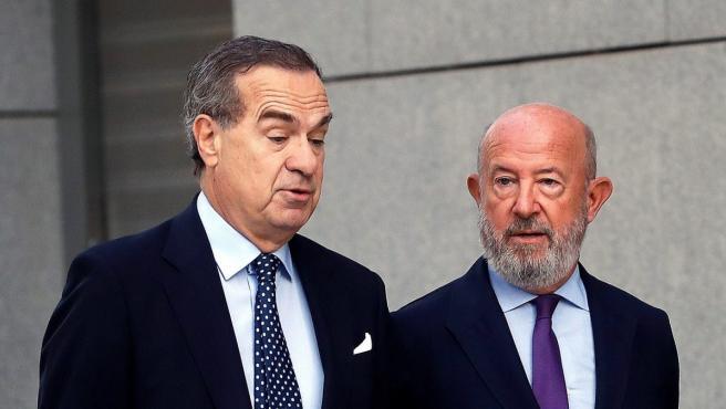 Emilio Saracho (derecha), expresidente del Banco Popular, a su llegada a la Audiencia Nacional para comparecer como investigado por las irregularidades en la gestión de la entidad.