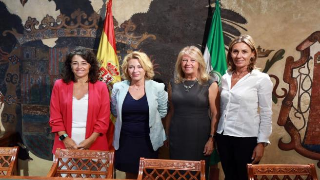 La alcaldesa, Ángeles Muñoz, y la delegada provincial de Empleo, Carmen Sánchez, informan tras una reunión