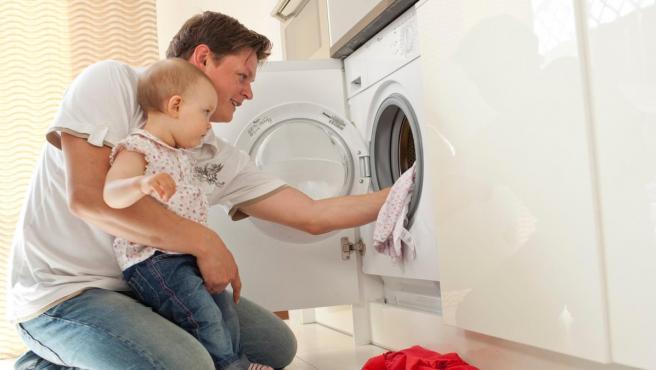 Un hombre pone la lavadora.