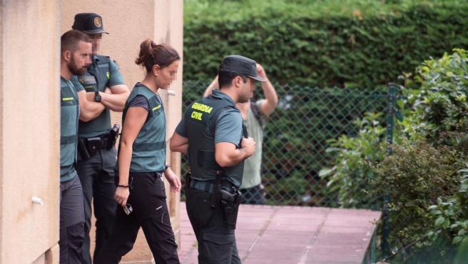 La Guardia Civil registra la vivienda de Castro Urdiales donde fue hallada una cabeza humana.
