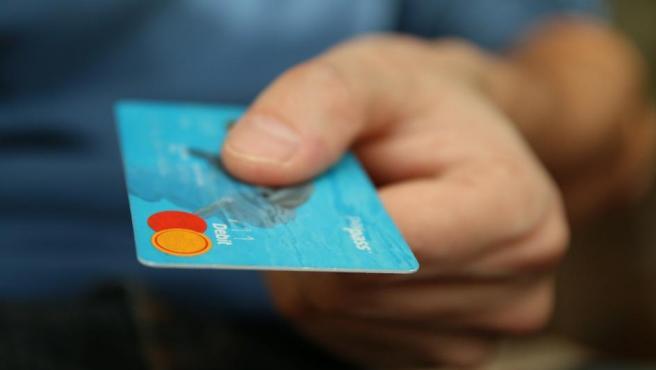 También es muy variable. El problema fundamental viene especialmente con las de crédito, ya que el consumidor gasta muchas veces sin ser consciente de los límites y después llega el susto cuando aparece el cargo.