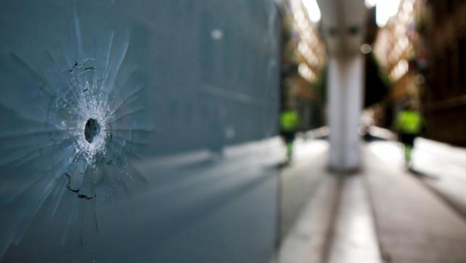 Aspecto del lugar donde un menor fue herido por arma de fuego en el barrio del Raval de Barcelona.