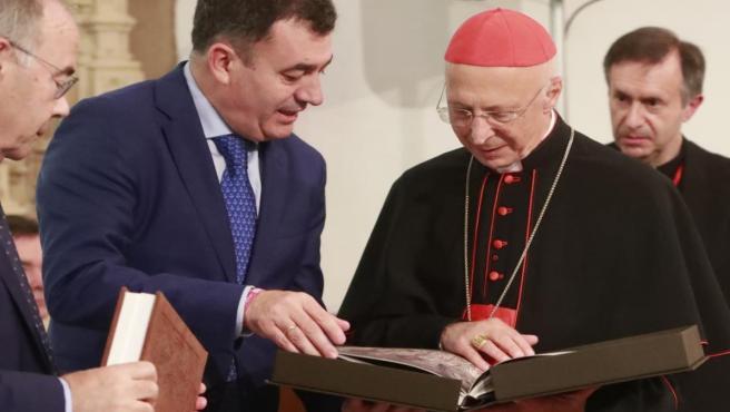 El cardenal Angelo Bagnasco y el conselleiro Román Rodríguez