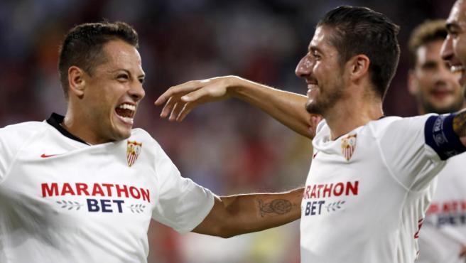 Chicharito celebra su gol al APOEL junto a sus compañeros.