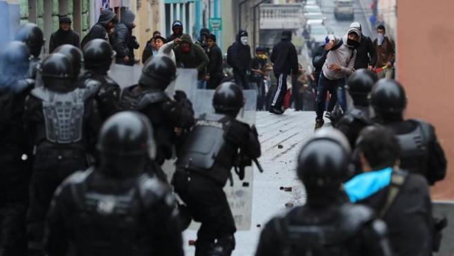 Manifestantes se enfrentan a la Policía en una protesta contra las medidas económicas del Gobierno ecuatoriano, en Quito.