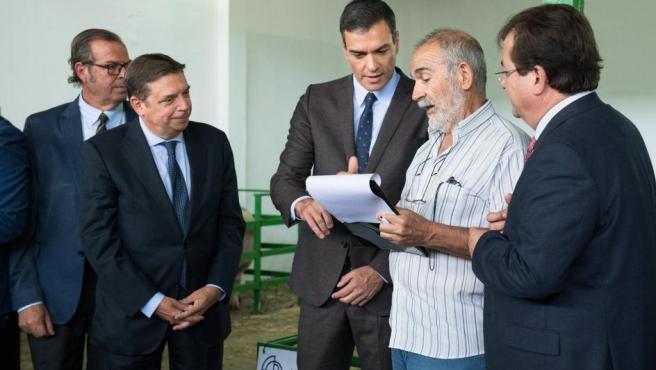 Pedro Sánchez en la feria de Zafra. A la derecha, Guillermo Fernández Vara.