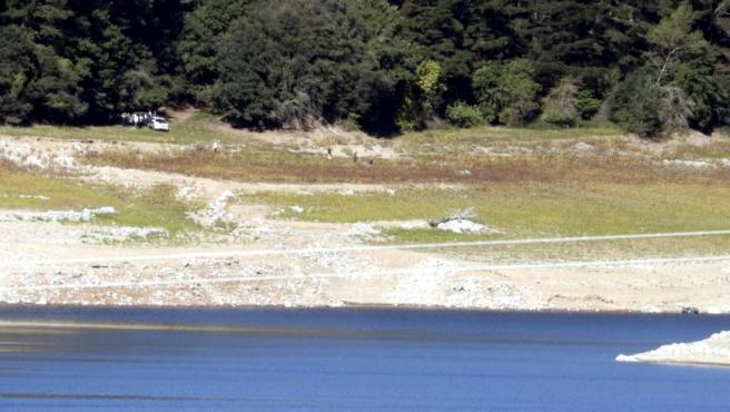 Los Mossos disparando desde la playa dels Xinesos del pantano de Susqueda, donde se produjo un doble crimen en 2017.