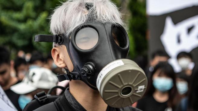 Los manifestantes se lanzan a la calle tras la prohibición del uso de máscaras, que utilizan para ocultar su identidad frente a la represión.