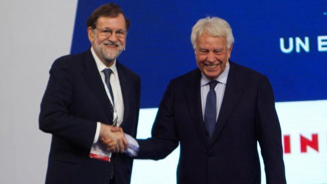Los expresidentes del Gobierno Felipe González (d) y Mariano Rajoy en un diálogo público en el marco del I Foro La Toja-Vínculo Atlántico.