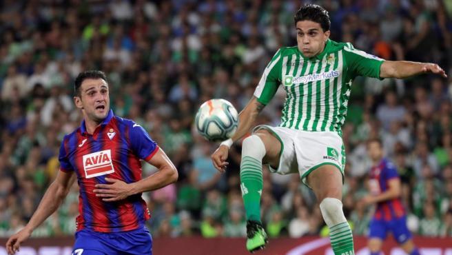 Marc Bartra y Kike García pugnan por un balón durante el Betis-Eibar.