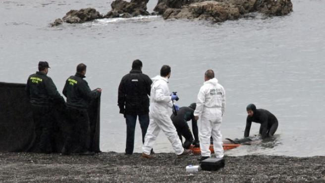 La Guardia Civil localiza en la playa del Tarajal de Ceuta el cadáver de un subsahariano.