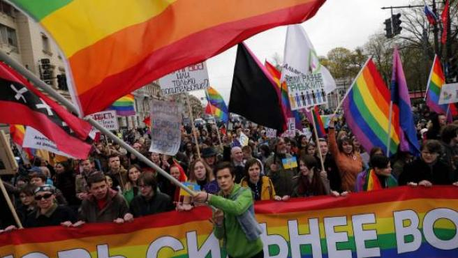 Activistas de LGTB (lesbianas, gays, bisexuales y transexuales) participan en una marcha convocada con motivo del Día Internacional del Trabajo en san Petersburgo (Rusia).