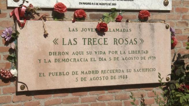 Placa conmemorativa de las Trece Rosas en el cementerio de La Almudena de Madrid.