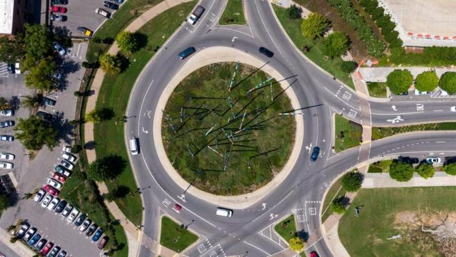 Los coches que circulan en las rotondas tienen prioridad frente a los que quieren acceder.