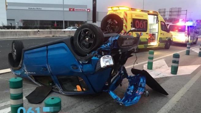 Vehículo volcado en un accidente registrado este domingo en la S-10, en Cantabria, en el que hubo dos heridos.