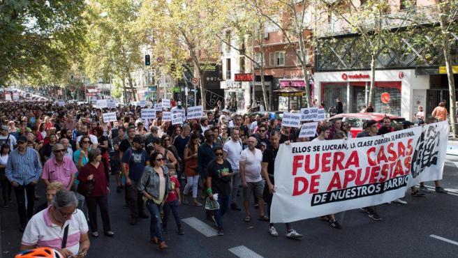 Cientos de personas participan este domingo en Madrid en una manifestación para denunciar la proliferación de las casas de juego y apuestas