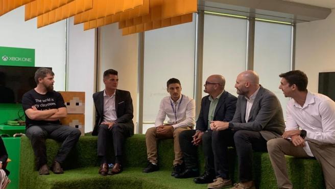 Un grupo de profesores entrevista al vicepresidente de Microsoft Educación a nivel mundial