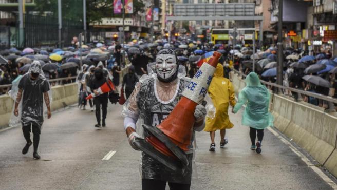 Manifestante enmascarado en una protesta en Hong Kong.