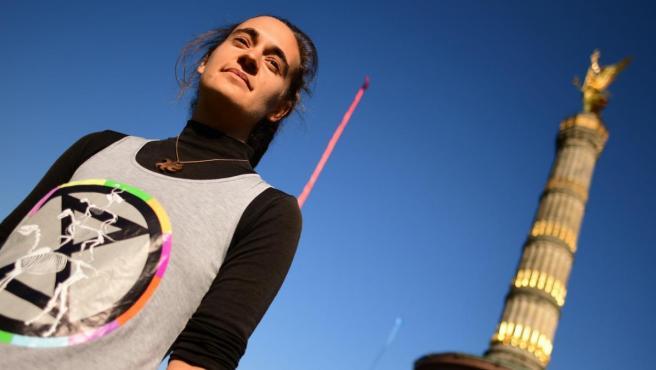 Una mujer con una camiseta con el logo del movimiento 'Extinction Rebellion'