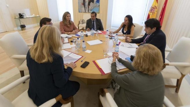 Un momento de la primera reunión de la mesa 'Vivienda y okupación' de la Comunidad y el Ayuntamiento.