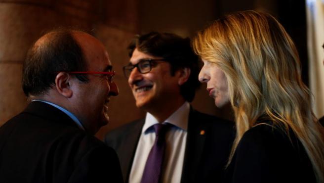El secretario general del PSC Miquel Iceta (i) conversa en los pasillos del Parlament con la portavoz en el Congreso del PP, Cayetana Álvarez de Toledo (d).