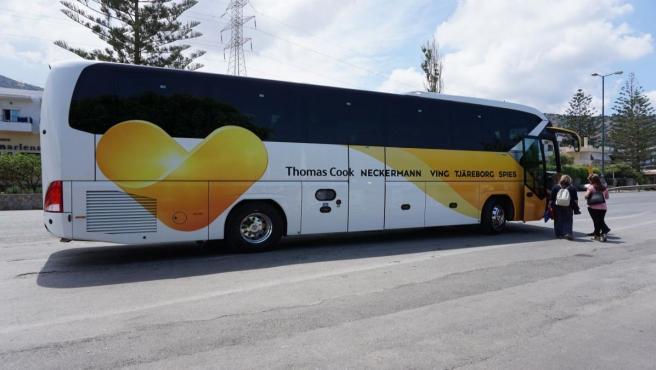 Imagen de un autobús con el logo de Thomas Cook.