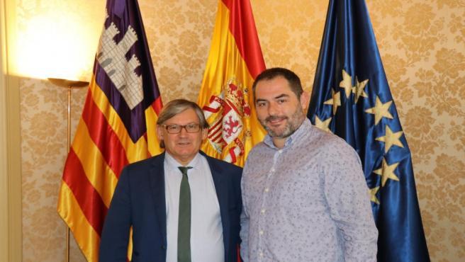 El presidente del Parlament, Vicenç Thomas, recibe en audiencia al presidente de la Obra Cultural Balear, Josep de Luis.