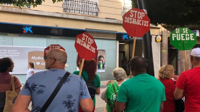 Protesta de Stop Desahucios frente a la oficina bancaria en Almería