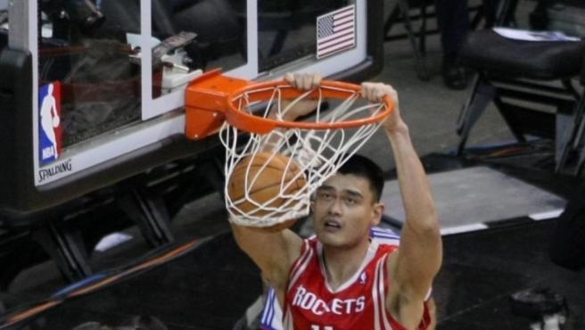 El exjugador de baloncesto chino Yao Ming jugó en los Rockets y ahora es el presidente de la Asociación de Baloncesto de China.