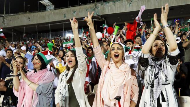 Un grupo de mujeres apoya a la selección de Irán.