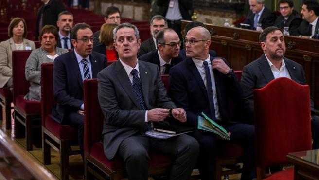 Los líderes independentistas, el exvicepresidente de la Generalitat Oriol Junqueras (d); el exconsejero de Asuntos Exteriores Raül Romeva (c) y el exconsejero de Interior Joaquim Forn (i), junto al resto de los acusados por el proceso soberanista catalán