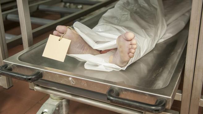 Imagen de un cadáver en un depósito.