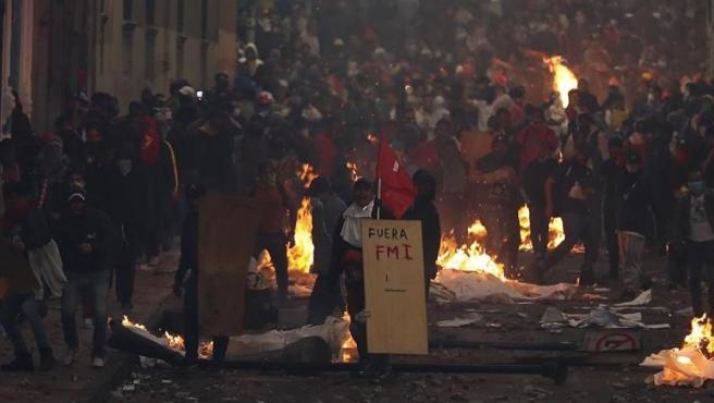 Manifestantes se enfrentan a la Policía en Quito (Ecuador), durante las protestas contra las medidas económicas del Gobierno del presidente Lenín Moreno.