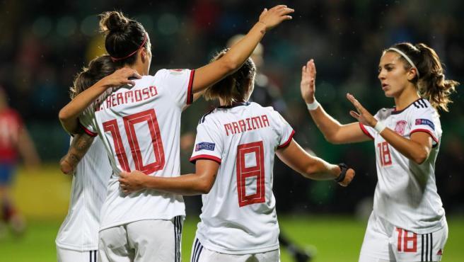 La selección española femenina celebra uno de sus goles ante la República Checa.
